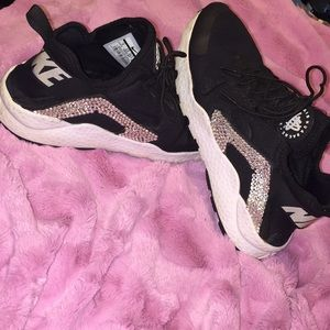 Nike Shoes - Glitterkicks Black nike huaraches MAKE AN OFFER! 4462a9431
